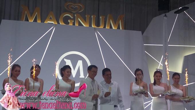 Pengarah Pemasaran Unilever Malaysia, Vincent Chong dan Pengerusi Unilever Malaysia, Rakesh Mohan di 'White Sensation' party pada 27 Ogos yang lepas.