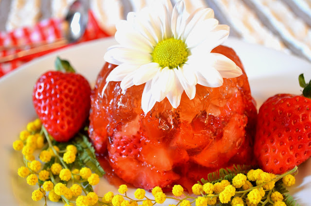 aspic di fragole con moscato e cannella/strawberry aspic with moscato wine and cinnamon
