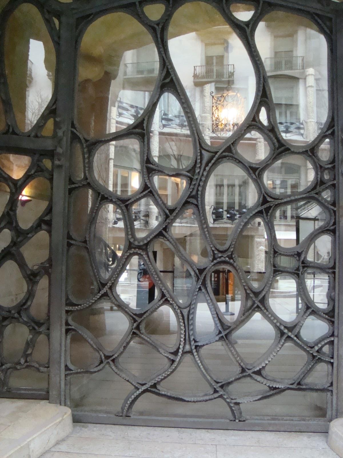Paseos art nouveau porte 35 casa mil la pedrera - Art nouveau architecture de barcelone revisitee ...