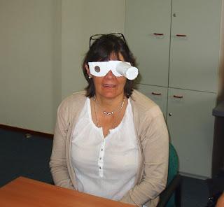 fotografia de uma técnica da Fundação a experimentar uns óculos simuladores