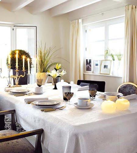 Украса за маса с жълт акцент - цветя и свещи