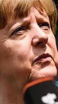 Angela Merkel gira a la derecha Angela Merkel, hoy, durante una visita al Liceo Francés, en Berlín