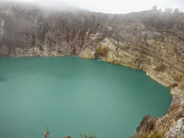 Danau Tiwu Ata Polo, salah satu danau tiga warna di Gunung Kelimutu, flores.