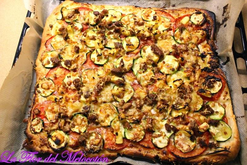 Pizza de verduras y atún