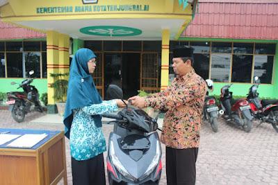 Kemenag Tanjungbalai Serahkan 1 Unit Sepeda Motor Kepada Penyuluh Agama Islam