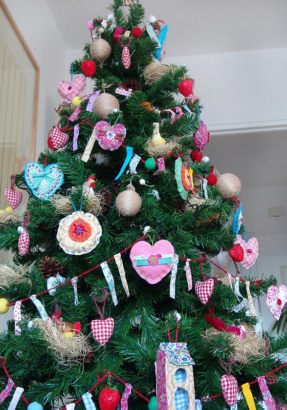 Lalibelula arbol de navidad con adornos de fieltro y tela - Arboles de navidad de tela ...