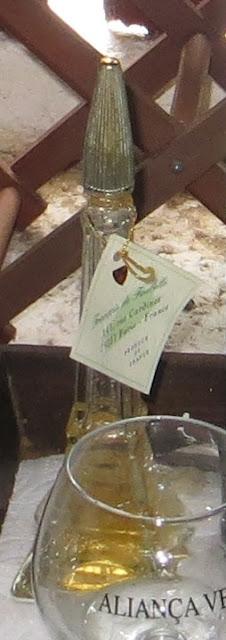 Fotografia de Nicho de janela em Adega na Ilha Terceira com pormenor de garrafa de Whisky de Paris em forma de Torre Eiffel