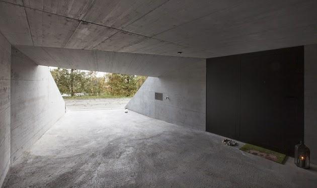 terletak di lahan yang tidak terlalu rata Rancangan Interior Rumah Unik Warna Ungu