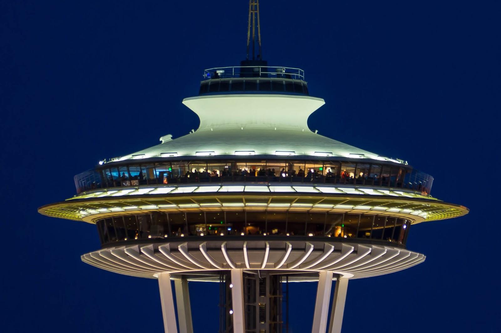 Любителей ночных видов много и на самой башне, как на обзорной площадке, так и в ресторане под ней.