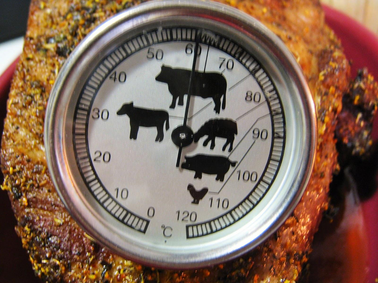 termometro da carne nel collo di maiale in cottura
