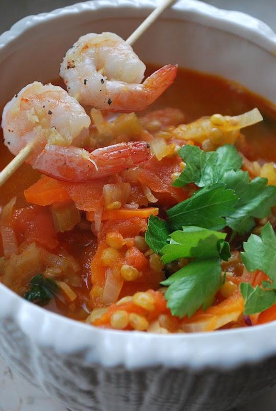 Zupa pomidorowa z soczewicą i szaszłykami krewetkowymi
