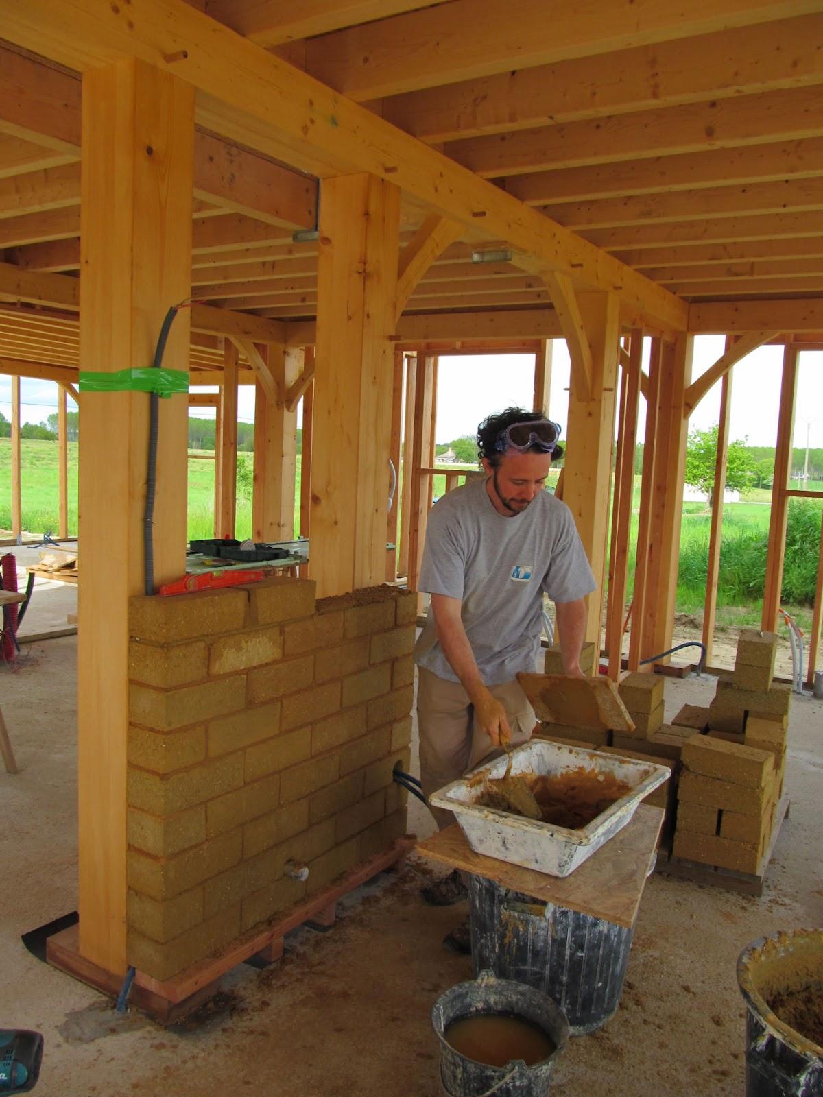 Une maison de bois de terre et de paille mur de btc - Terre contre mur maison ...