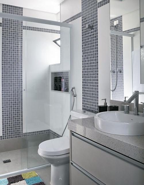 banheiro pequeno decorado, cimento queimado, revestimento, pastilhas, cuba, vaso sanitário, torneira, kit banheiro, ducha, nicho banheiro