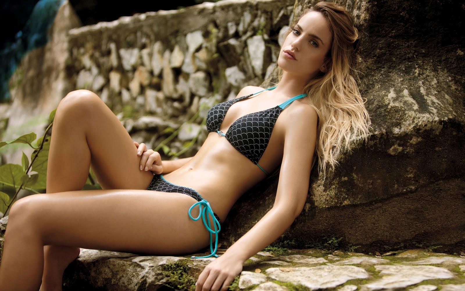 Hot Bikini Girl 2 ~ Photo Collection: Angelina Jolie Hot