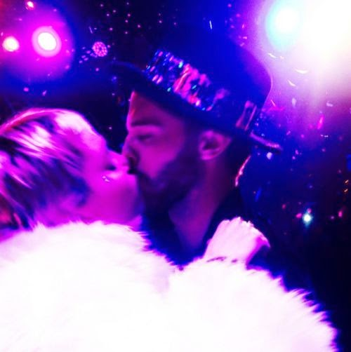 New year's Eve-love: Miley Cyrus kissing her Patrick | She's totally in love