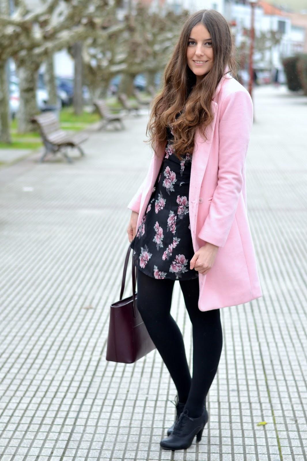 outfits abrigos rosas y vestidos flores