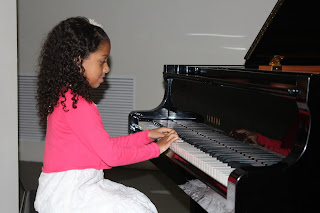 María durante el recital de las clases de piano