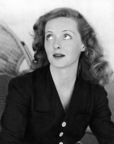 Bette+Davis+at+home+in+Beverly+Hills,+19