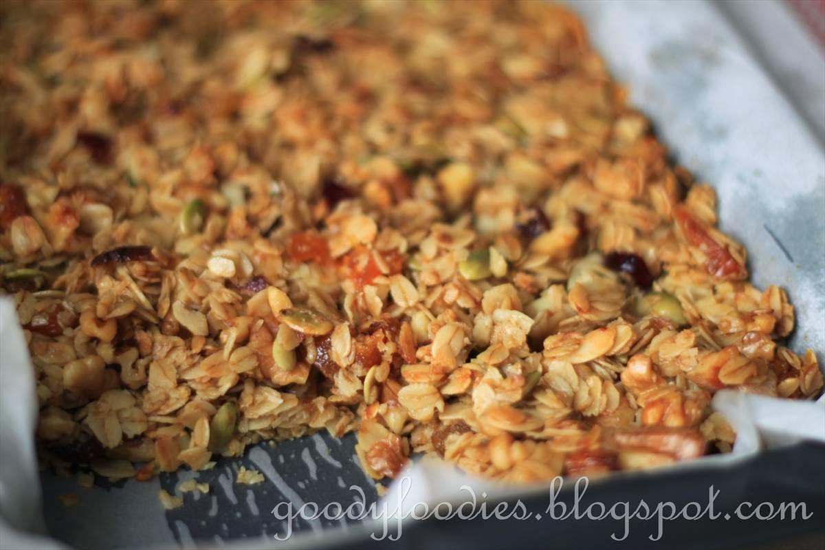 GoodyFoodies: Recipe: Homemade Cereal Bars + Granola