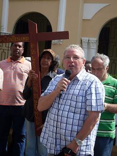 Padre Miguel Angel  en viacrusis en San Cristóbal exhorta  a vivir en comunidad y a perdonar