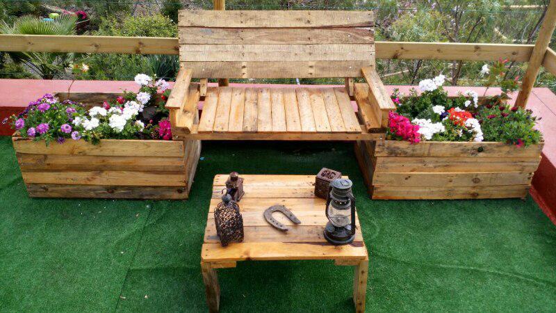 Jardines l a distintos utensilios hechos con palets for Sillones para jardin hechos con palets