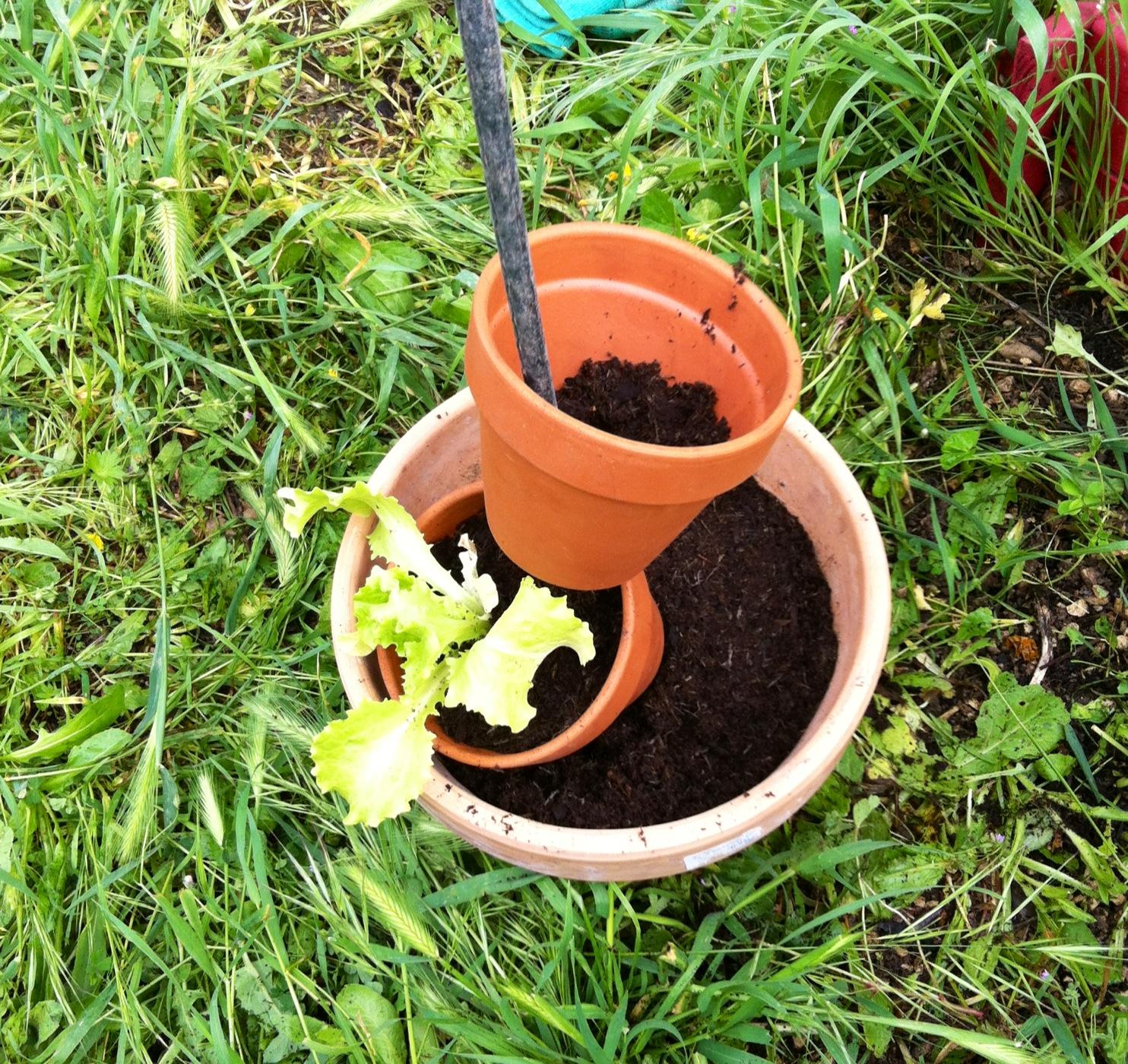 Initiales gg diy mon totem salade - Decoration avec des pots de fleurs ...