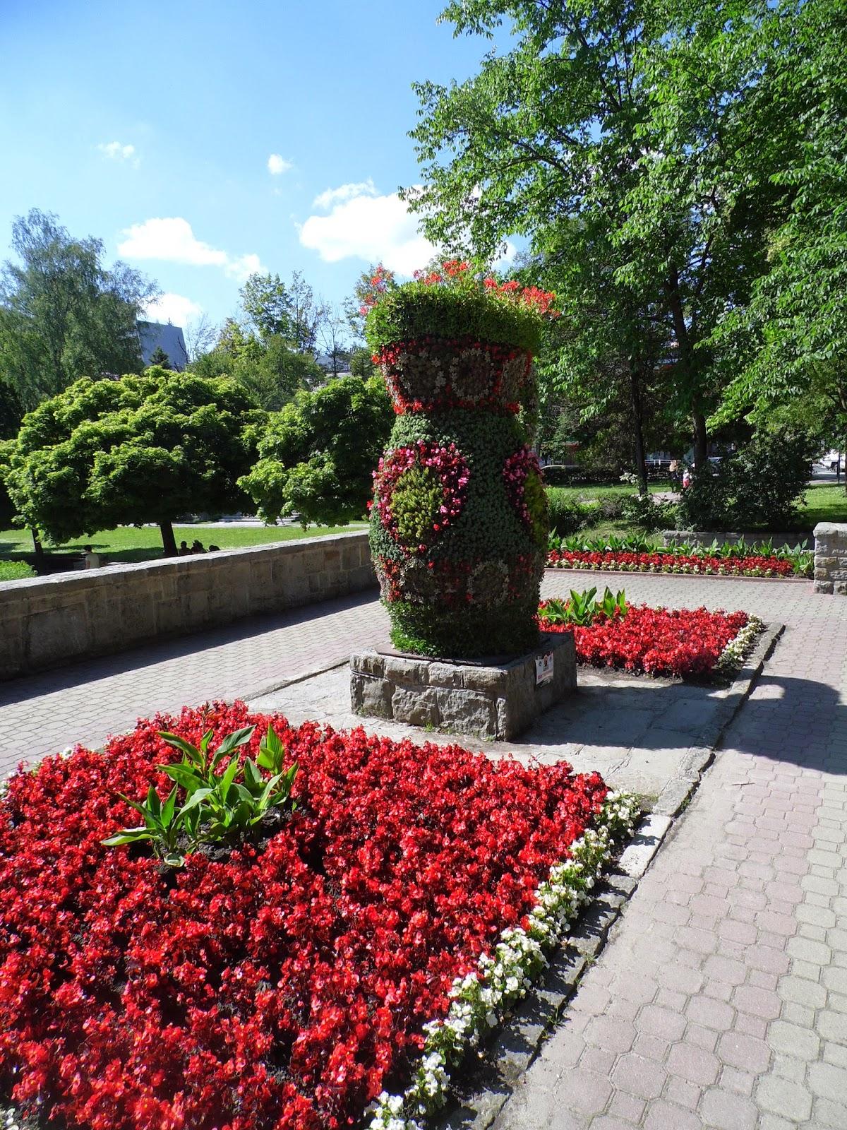 Figura kwiatowa dzbana w Krynicy-Zdroju