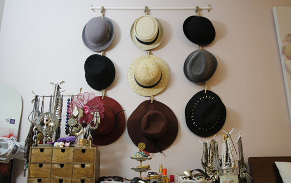 Diy hanging hat organizer beautybitten a personal for Diy hat organizer