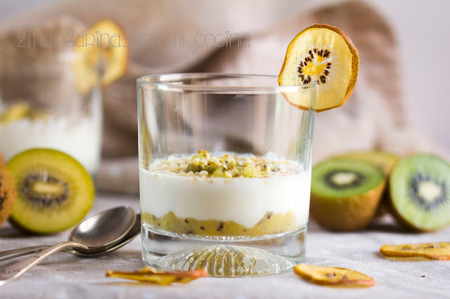 Receta para niños con kiwis Zespri. Kiwi en texturas con yogur, coco rallado y almendra