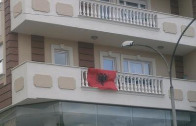 100 anni di indipendenza dell'Albania , ecco le bandiere albanesi sui balconi in Italia (foto)
