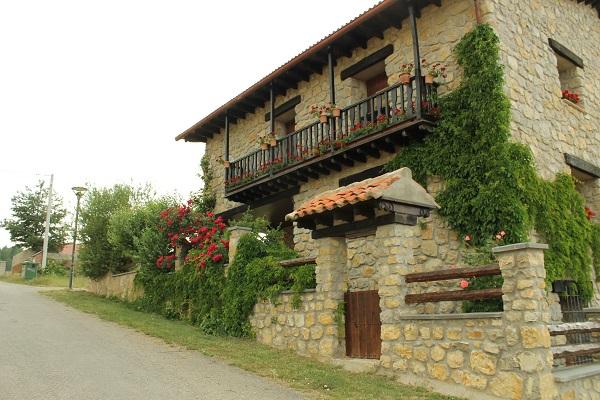 jardín y balcón con geránios