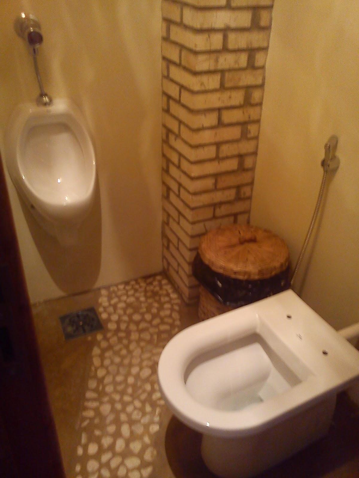 É um banheiro que fica nos fundos da varanda  #71431E 1200 1600