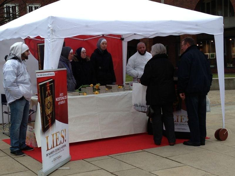 حملة اقرأ في ألمانيا ( LIES ) توزيع القرآن المترجم المواطنين الألمان