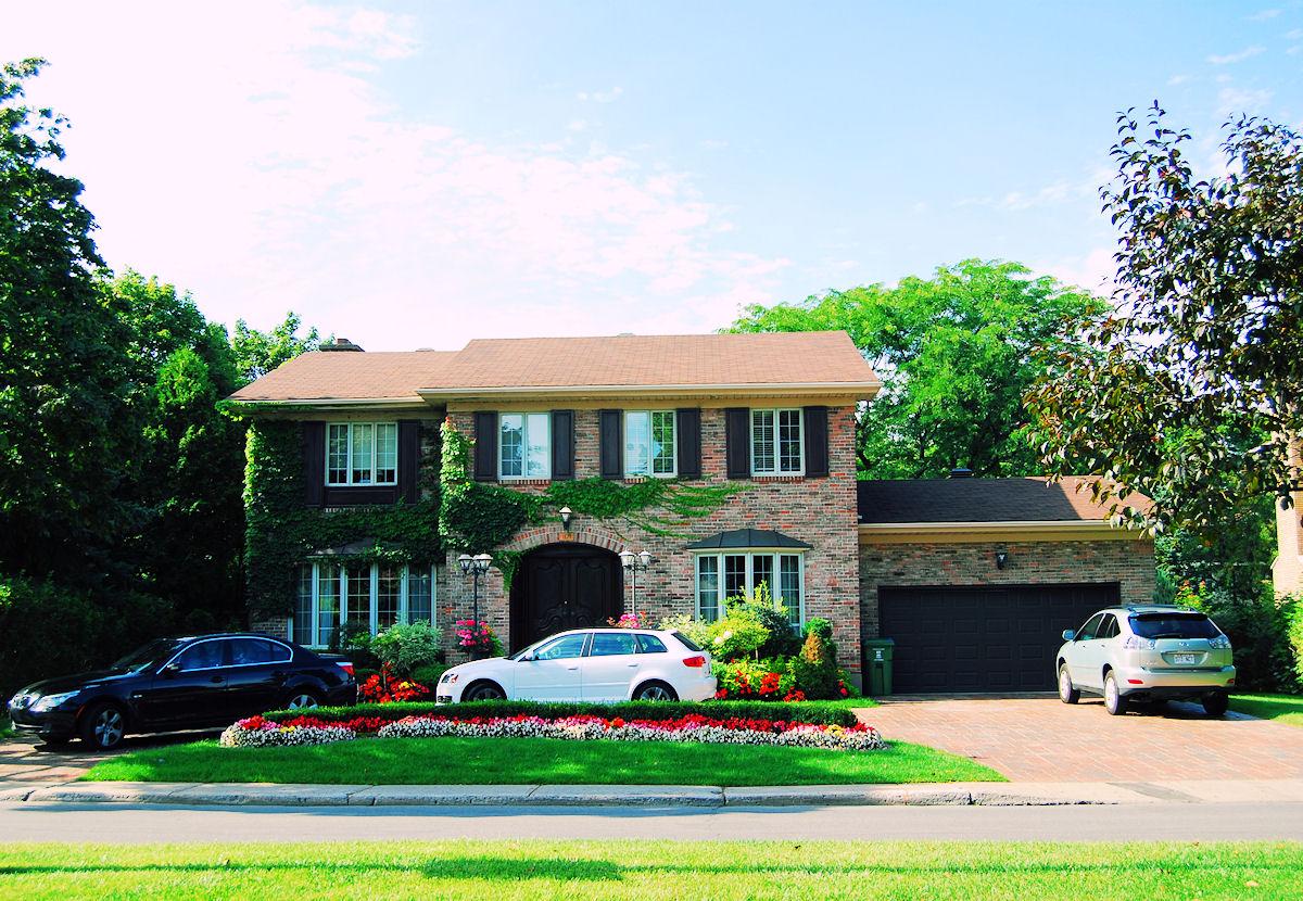 Banco de im genes casas bonitas en la ciudad con los - Fotos casas bonitas ...
