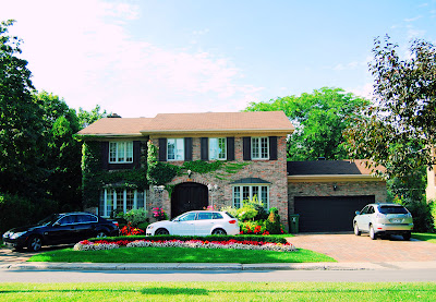 Casas bonitas en la ciudad con los autos a la puerta