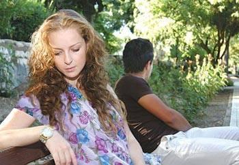 الصد العاطفي مؤلم بقدر الألم الجسدي - حبيبان حزينان متخاصمان - sad couples