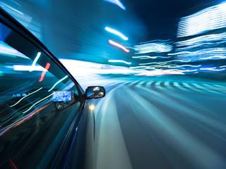 Tomar el vehículo por la noche y encarar una calle, autopista o ruta tiene sus riesgos, por eso te damos a conocer algunos consejos para aumentar la seguridad bajo esta condición. El sol se esconde, las primeras estrellas aparecen en el cielo rojizo que de a poco se oscurece. Quizás no es el momento apropiado para realizar un viaje, pero por diversos factores (menor tránsito, comodidad del conductor y clima, entre otros) hacen pensar que es la oportunidad adecuada para encarar el asfalto. Desde ya, el riesgo aumenta, esto se debe a que el campo de visión disminuye notablemente en
