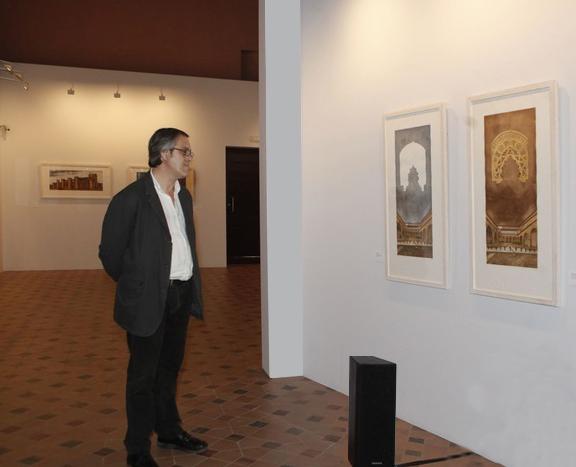 El autor contempla unos grabados en la sala de exposiciones