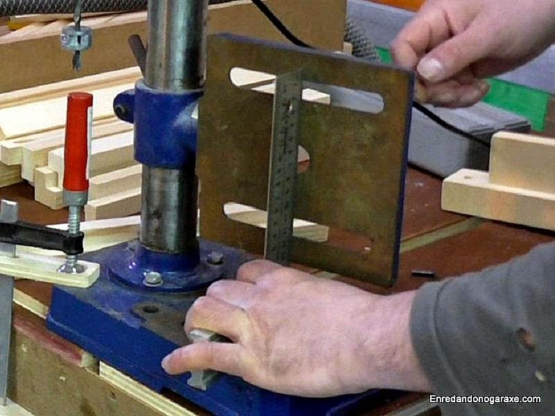 Colocar la mesa del taladro de columna en vertical. www.enredandonogaraxe.com