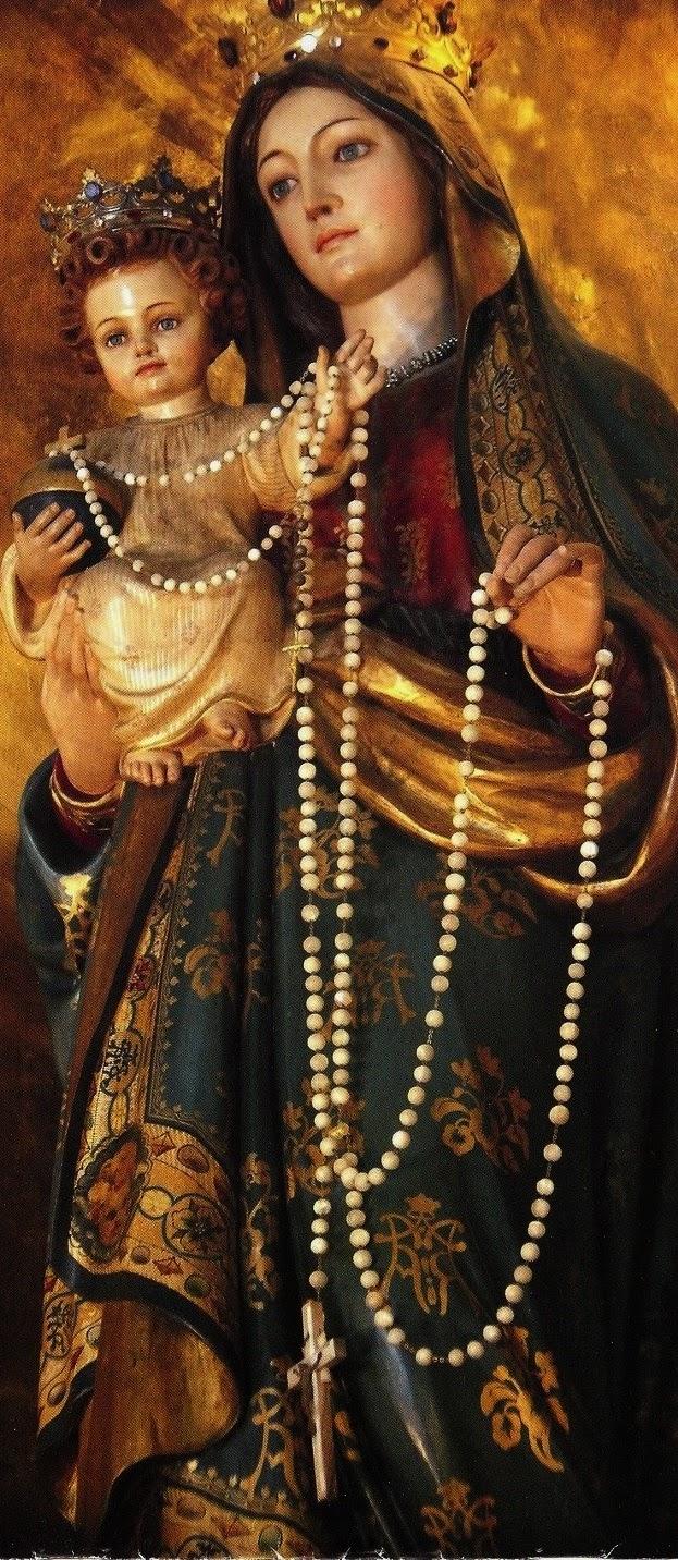 beeld van Maria met het kind Jezus met een rozenkrans