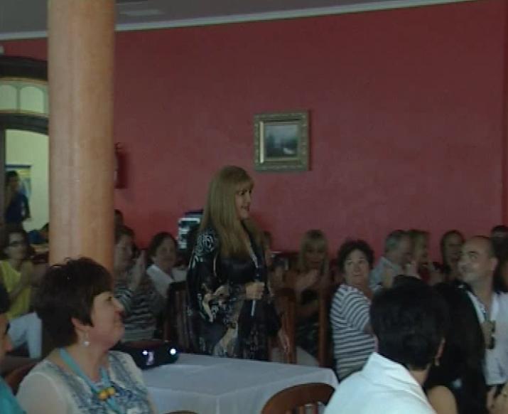 Loly entrando al salon para bautizar el blog en España.