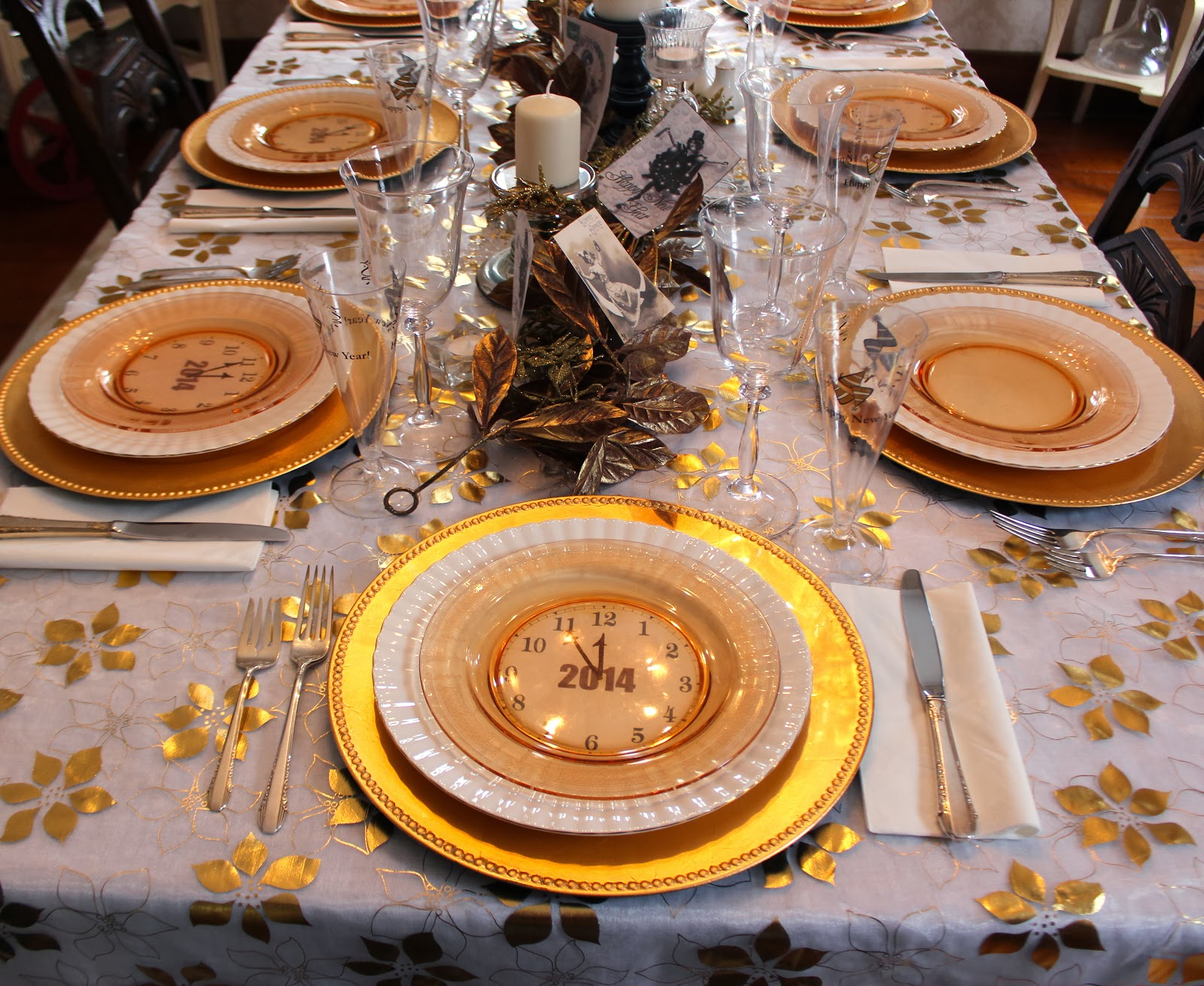 A Golden New Year\'s Eve Table - New House New Home