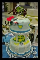 2tiers wedding cake with cupcakes.