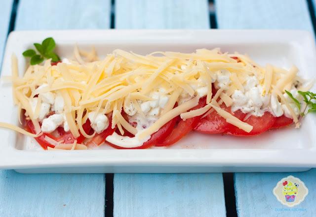 pomidory pod pierzynką, przekąska z pomidorów i serka wiejskiego