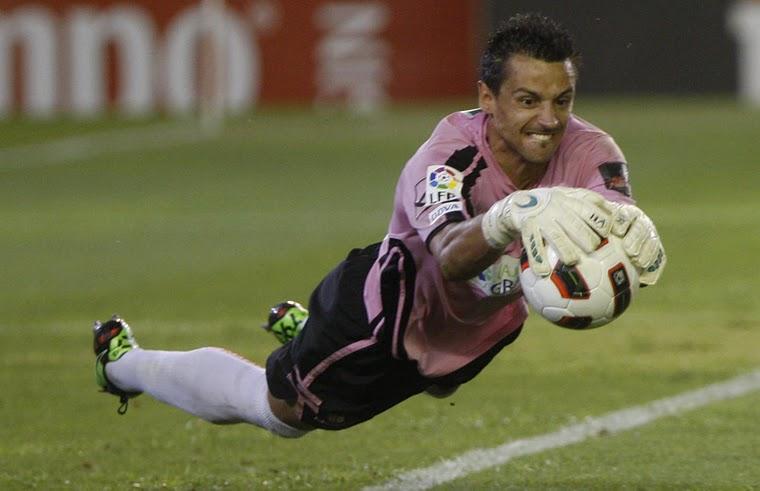La curiosa apuesta que ha perdido el portero del Granada CF con Claudio Bravo