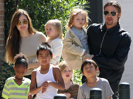 angelina jolie &amp; Brad Pitt with 6 children