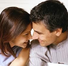 5 إبتسامات تستعملها النساء عند التودد والتقرب للرجال - امرأة تضحك تبتسم الى رجل - woman laugh smile to man
