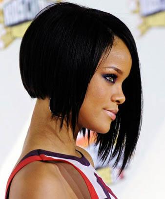 Rihanna siyah saçları ve bob saç kesim modeli ile oldukça cool ve şık görünmektedir. Sadece şık görünmek bir yana Rihanna'nın bu saç kesim modeli ile de saçları oldukça parlak ve canlı görünmektedir. Sağlıklı saçları ile göz kamaştıran Rihanna'nın bob saç kesimi kulak hizasından başlamaktadır.