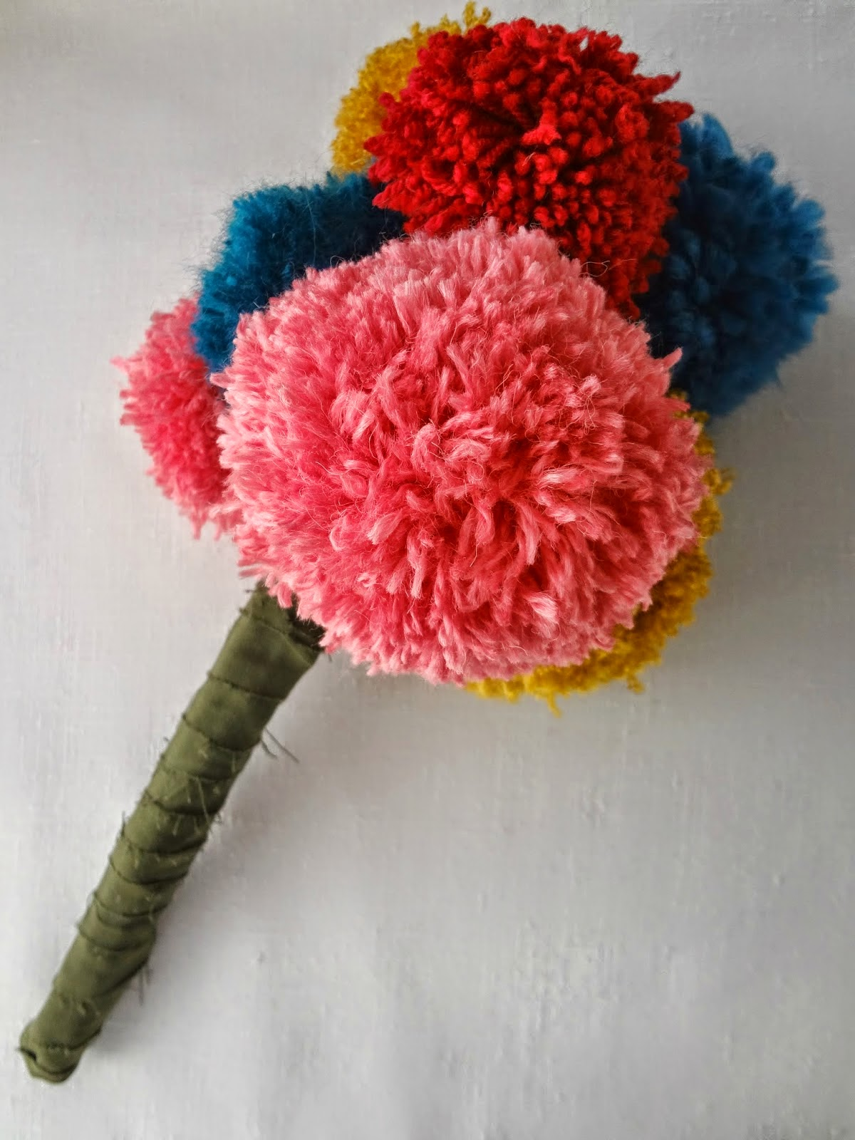 http://thelittletreasures.blogspot.com/2015/01/pom-pom-bouquet-how-to.html