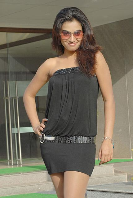 HOT ACTRESS DIMPLE CHOPRA IN SEXY DRESS unseen pics